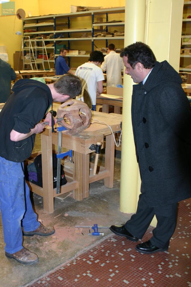 Le proviseur Stéphane Girard assiste au travail d'un étudiant de 2e année du brevet des métiers d'art. Le secteur bois des ateliers va être restructuré en premier.