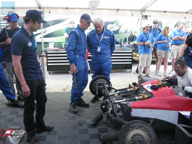 Patrick Dempsey (à gauche) constate les dégâts sur sa voiture.