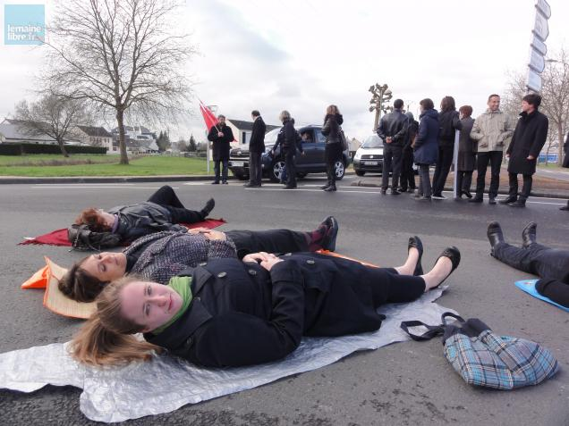 """A 10 heures ce lundi matin, opération """"Lie-in"""" effectuée par des enseignants du lycées d'Estournelles de La Flèche."""