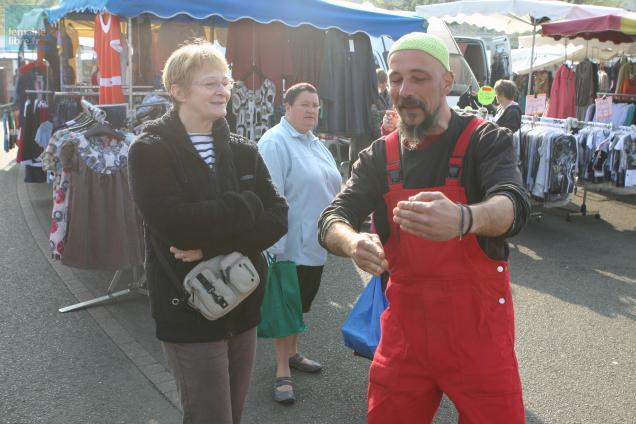 Sur le marché ce matin, Olivier Hédin raconte une histoire courte à Christine Gageonnet, la présidente de l'association Sablé-sur-Livres