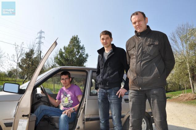Geoffroy et Vincent font du covoiturage pour rentrer à Orléans, à droite leur professeur Vincent Bironneau.