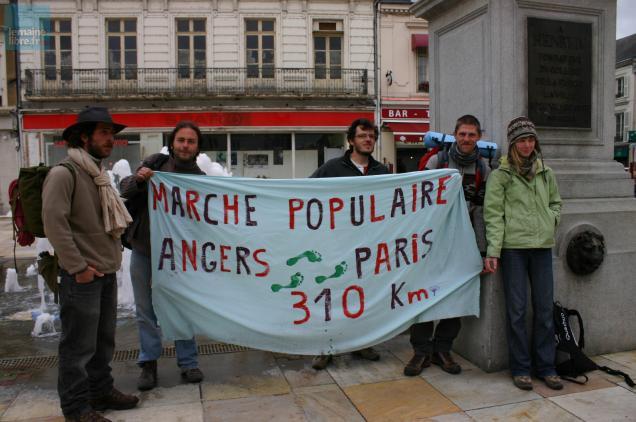 Cinq des six participants à la marche populaire Angers-Paris