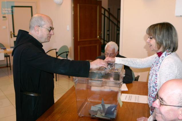 Les moines de l'abbaye Saint Pierre sont toujours parmi les premiers à voter à Solesmes.