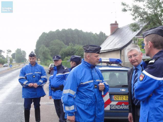Gendarmes et sous-préfet de La Flèche sur le bord de la route à Bazouges pour des contrôles poids-lourds.