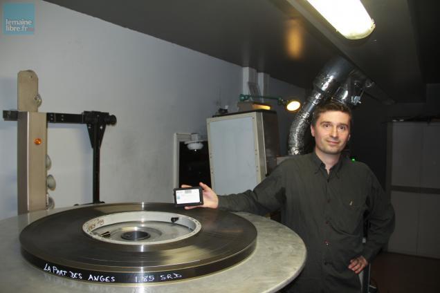 Cyrille Baron, programmateur des Cinéastes, présente les deux supports de projection. À gauche, la célèbre pellicule 35mm; à droite, un film sur DCP qui ne tient que dans une main.