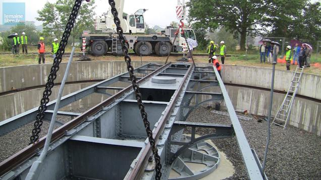 La pose d'une plaque tournante ferroviaire, de 17 mètres de diamètre et 47 tonnes, n'est pas une mince affaire !