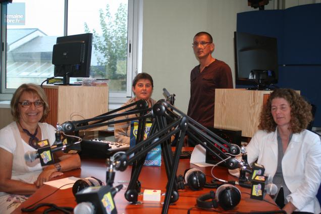 La présidente, les journalistes et la secrétaire de la radio.