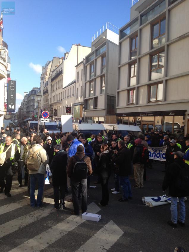 Les salariés de Candia manifestent rue de la Gaîté, non loin de la gare Montparnasse.