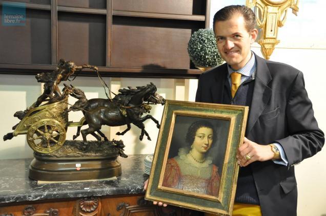 Maître Cyril Duval avec un portrait de femme signé Jean Ducayer, estimé entre 4000 et6000 €.