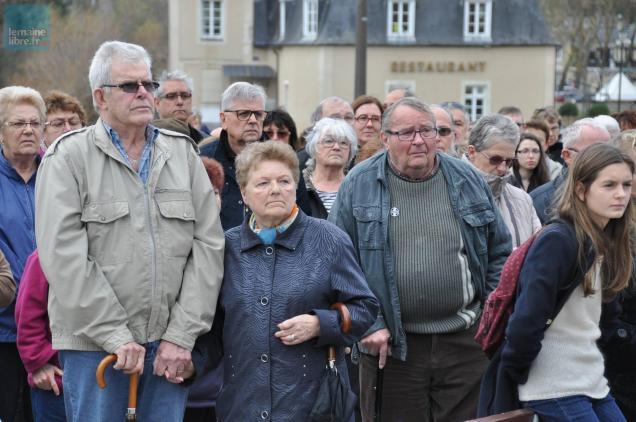 La foule était rassemblée sur l'esplanade Mendès-France, devant l'hôtel de ville.
