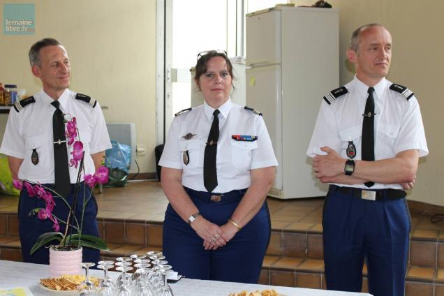 Michèle Defoort, entourée du capitaine Wilhem et du commandant Henriot.