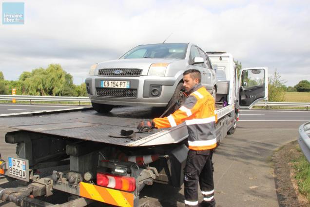 Olivier Pauloin, 25 ans, dépanne une voiture sur l'A11.
