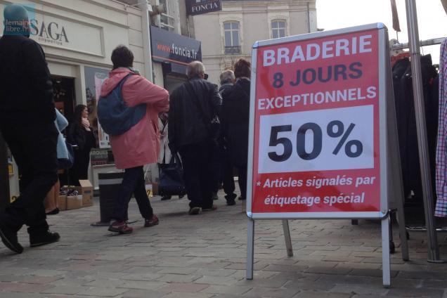 """La braderie se poursuit jusqu'à 19 heures. Photo """"Le Maine Libre"""""""