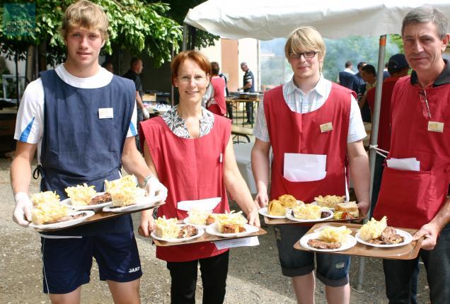 Les bénévoles assurent le service à table.