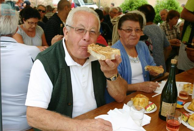 Le plaisir de déguster une tartine de rillettes chaudes préparées par le charcutier du village.