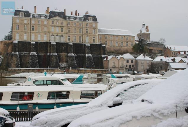 sabl m t o la ville recouverte par une fine couche de neige le maine libre. Black Bedroom Furniture Sets. Home Design Ideas